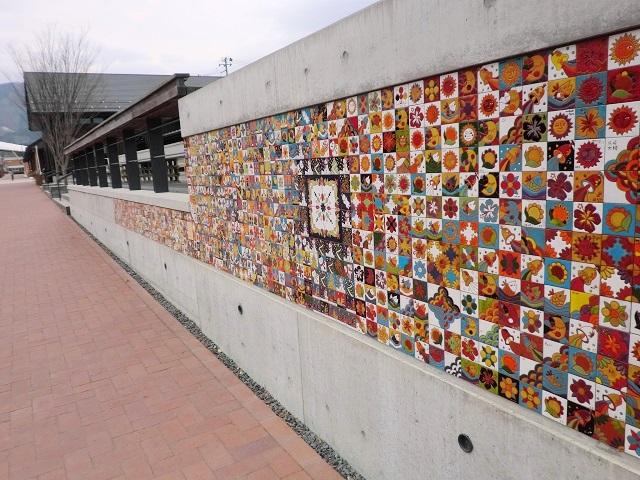 ▲女川駅前の商業施設ハマテラスの壁面に貼られたメモリアルタイル。他の場所のタイルと合わせると全部で1300枚ぐらいあります。