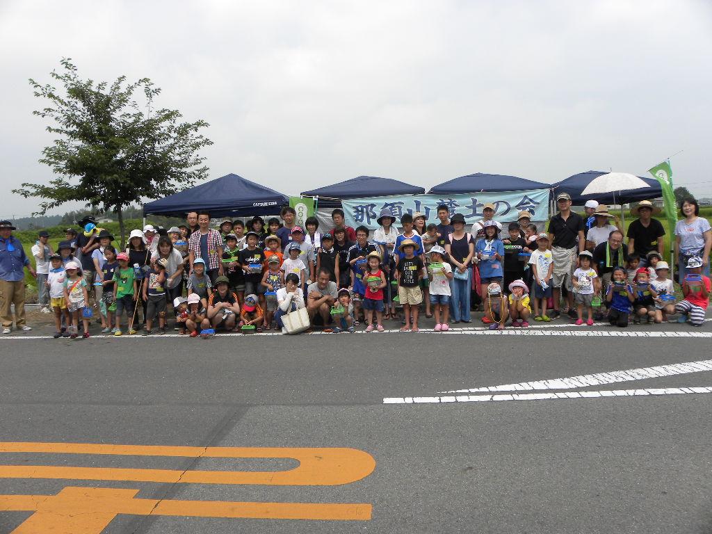 小川の前で記念撮影
