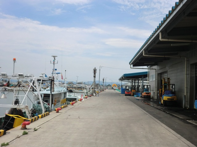 ▲漁港には、製氷工場や荷捌き場などの機能が揃った亘理荒浜魚市場が控えています。