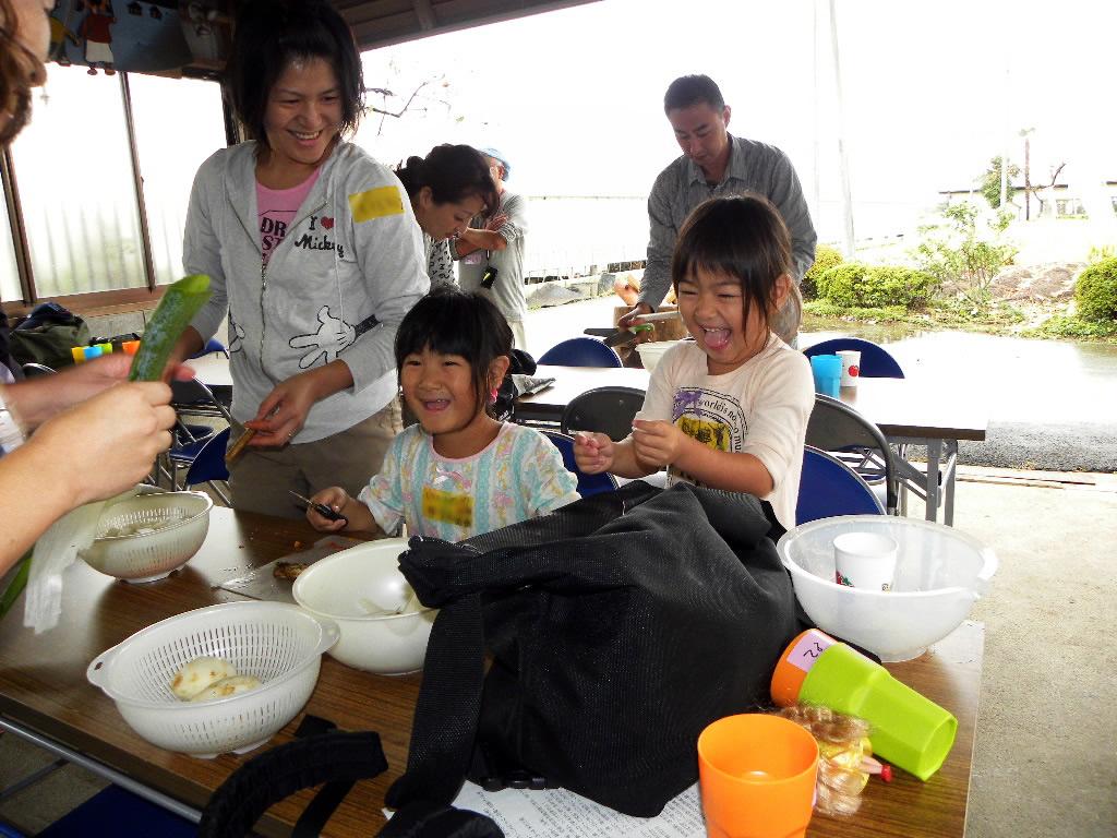 家族でとん汁の野菜を切っている写真