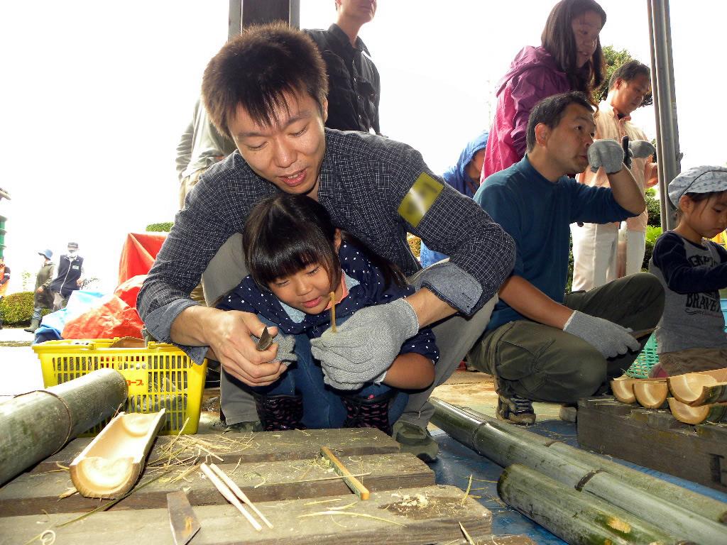 お箸を作っている親子の写真
