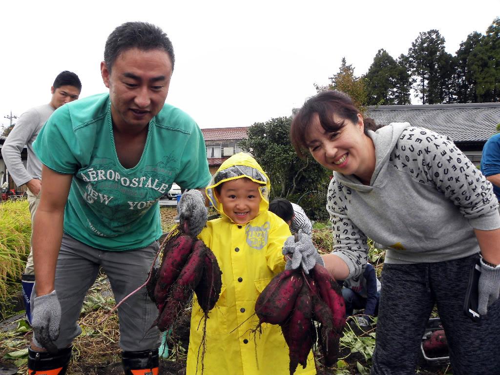 さつまいもを収穫した家族の写真