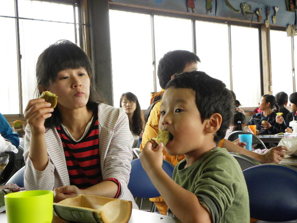 おやつを食べている様子写真