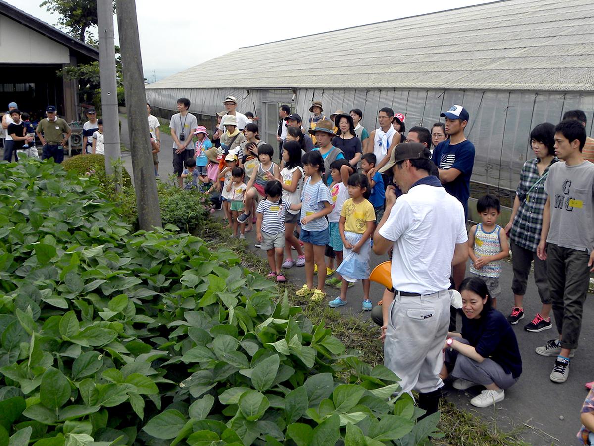 枝豆の説明をしている写真
