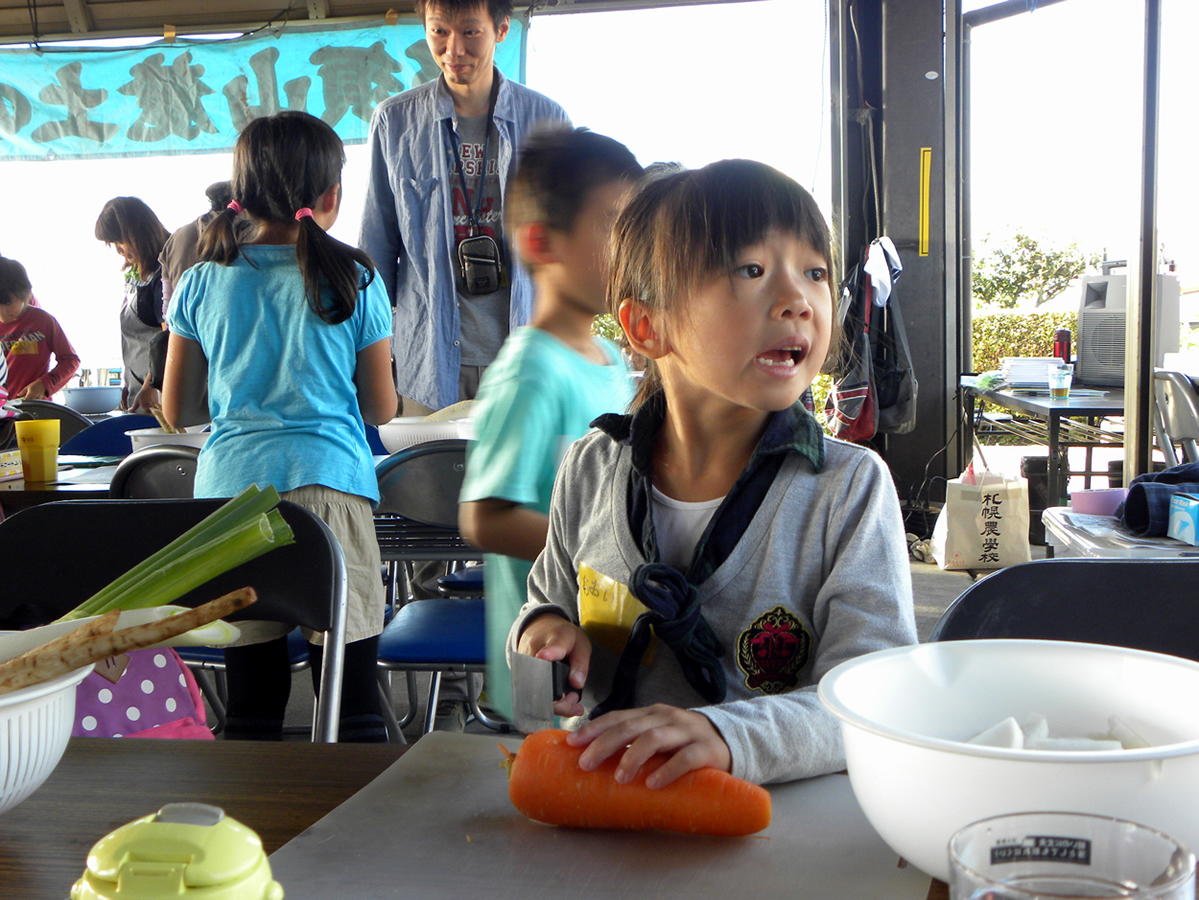 料理している子どもの写真