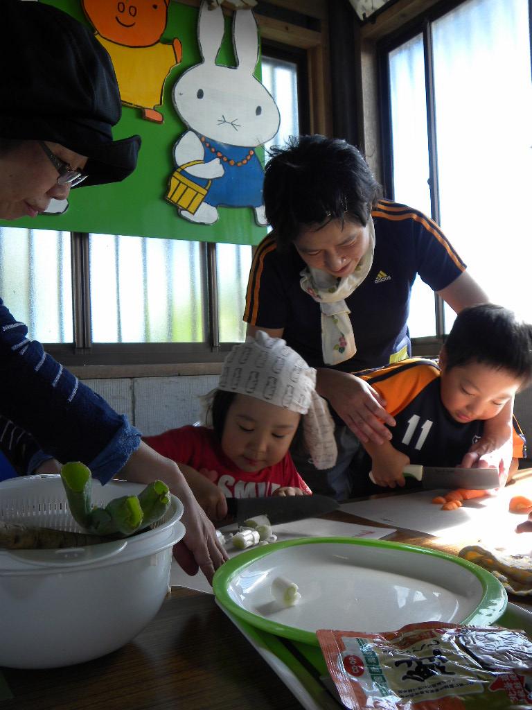 豚汁に入れる野菜を自分達で切ります。