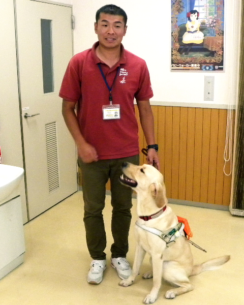 盲導犬訓練士と盲導犬の写真