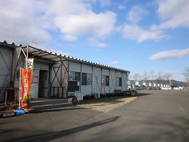 ▲箱塚屋敷団地仮設住宅。集会所(手前)ではいまもボランティアなどによるイベントが開催されています。