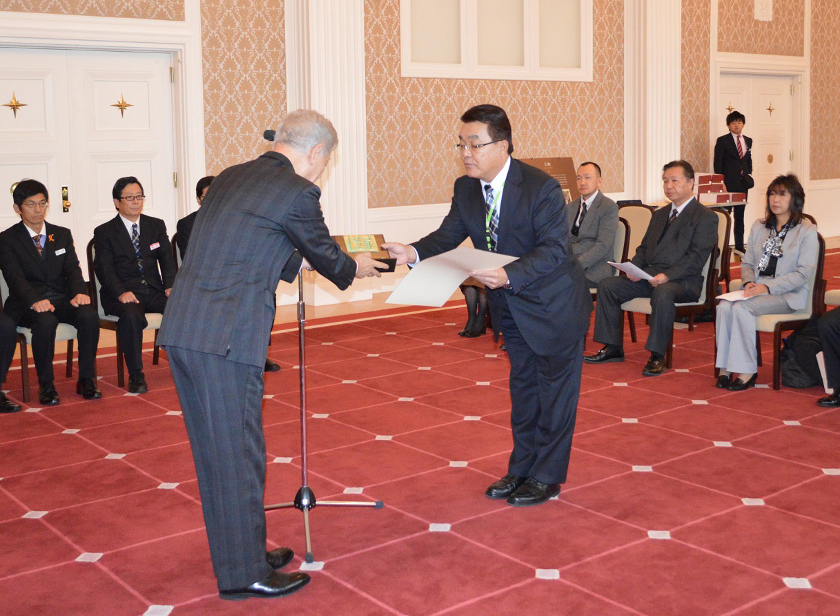 県庁昭和館で表彰を受取る大川管理部次長